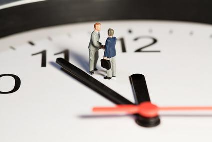 Arbeitszeitgesetz - Uhr mit Zeiger kurz vor um 12