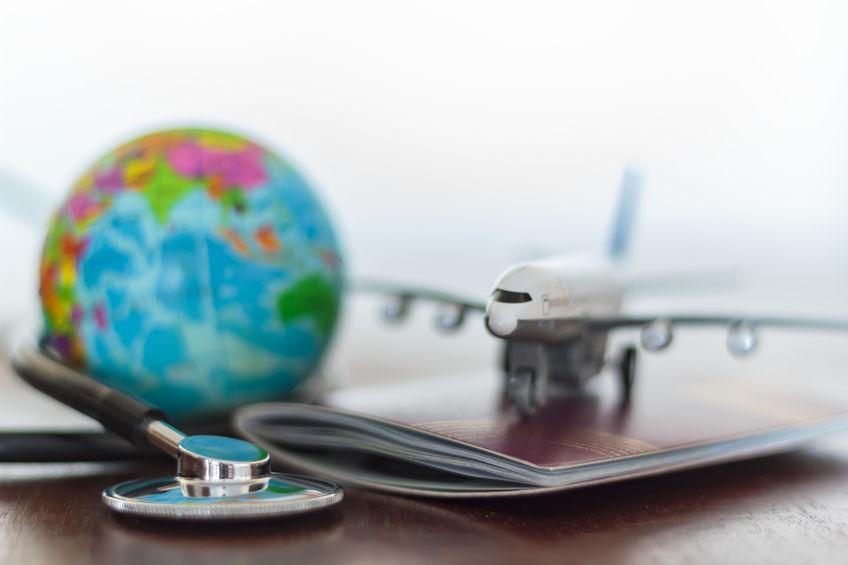 Gesundheitsversorgung und Reiseversicherungskonzept. Stethoskop , Passdokument, Flugzeug und Globus