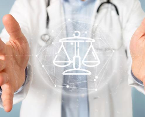 Ansicht eines Arztes, mit Symbolen Justiz und Gesetz